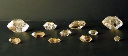 Lot of 11 crystals with hydrocarbon.